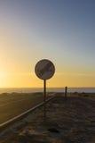 отсутствие настигать Запрещенный для того чтобы выдвинуть показывать Круглый красный знак уличного движения Дорога океана asper Стоковое Изображение RF