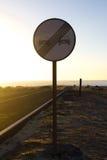 отсутствие настигать Запрещенный для того чтобы выдвинуть показывать Круглый красный знак уличного движения Дорога океана asper Стоковая Фотография