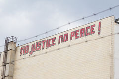 Отсутствие правосудия, отсутствие граффити мира на здании стоковые изображения