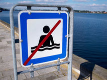 Отсутствие предупредительного знака опасности заплывания Стоковые Фотографии RF