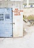 Отсутствие предупредительного знака Loafing на здании Стоковые Изображения RF