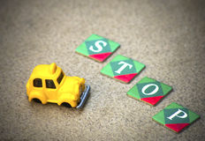 Отсутствие пути, меньшего автомобиля такси и знака стопа сделанного от писем Стоковые Изображения