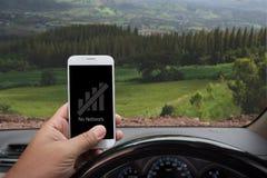 Отсутствие сети показывая на smartphone внутри автомобиля Стоковое фото RF