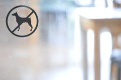 Отсутствие собаки, позволенной знаку на стеклянной двери, запрещенный знак любимчика Стоковое Фото