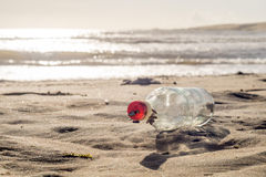 ОТСУТСТВИЕ сообщения в бутылке на заходе солнца Стоковое Фото