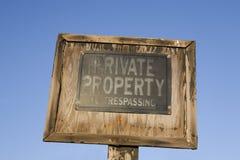 отсутствие старого trespassing знака Стоковые Изображения