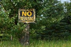 отсутствие старого trespassing знака Стоковое фото RF