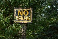 отсутствие старого trespassing знака Стоковая Фотография RF