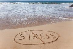 Отсутствие стресса! Написанный в песке на пляже Стоковые Изображения