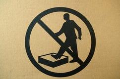 Отсутствие шагать на поверхностный предупредительный знак стоковые фотографии rf