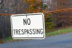 Отсутствие trespassing знака во время захода солнца в падении Стоковые Изображения RF