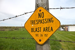 Отсутствие Trespassing знака зоны поражения взрыва Стоковые Изображения RF