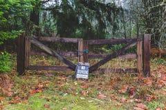 Отсутствие trespassing знака на деревянном стробе Стоковое Изображение RF