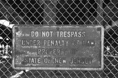 Отсутствие trespassing знака на загородке Стоковое Изображение RF