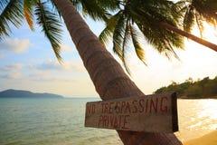 Отсутствие trespassing знака на тропической пальме Стоковое Изображение