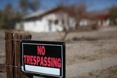 Отсутствие Trespassing знака перед домом Стоковая Фотография