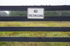 Отсутствие trespassing знака против фона обрабатываемой земли Стоковые Фотографии RF