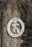 Отсутствие trespassing знака с ковбоем с оружием Стоковое Фото