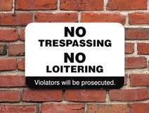 Отсутствие Trespassing никакой околачиваясь знак Стоковая Фотография