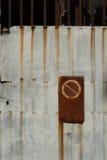 Отсутствие trespassing ржавого строба Стоковые Фото