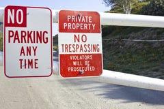 отсутствие trespassing стоянкы автомобилей стоковые фотографии rf