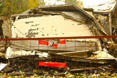 Отсутствие trespassing emogy знака на разобранном доме Стоковые Фотографии RF