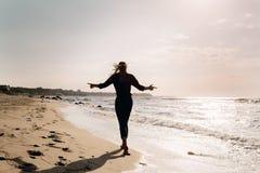отсутствующая гуляя женщина Стоковые Фотографии RF