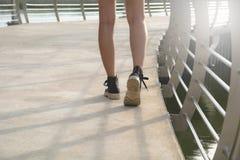 отсутствующая камера предпосылки изолировала рассматривать ся гуляя детеныши белой женщины гуляя женщины Стоковые Фотографии RF