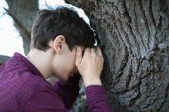 Отсчеты молодого человека играя прятк с глазами закрыли f стоковая фотография rf