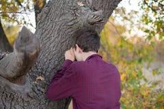Отсчеты молодого человека играя прятк с глазами закрыли f стоковая фотография