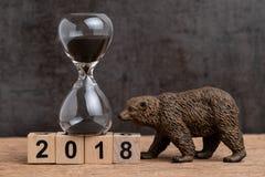 Отсчет в конце года вниз для 2018 финансового или концепции рынка с понижательной тенденцией с sandglass или диаграммой часов и м стоковое фото