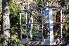 Отслеживаемая корзина для садовников Передвижная воздушная рабочая платформа стоковое фото