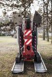 Отслеживаемая корзина для садовников Передвижная воздушная рабочая платформа стоковые фото