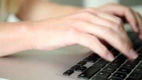 Отслеживающ съемку женщины вручает печатать на клавиатуре сток-видео