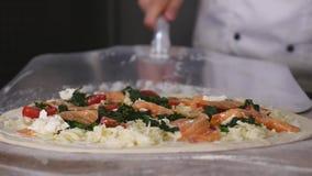 Отслеживающ съемку крупного плана устанавливать unbaked пиццу с отбензиниваниями от floury таблицы на металле слезьте Стоковые Фотографии RF