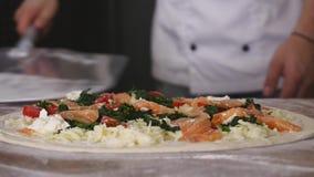 Отслеживающ съемку крупного плана устанавливать unbaked пиццу с отбензиниваниями от floury таблицы на металле слезьте Стоковая Фотография RF