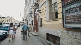 Отслеживающ съемку спуска людей туристов walkin старая улица города проходит большие двери сток-видео