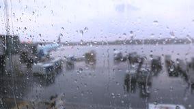 Оттава, ДАЛЬШЕ, Канада - 15-ое октября 2017: Дождевые капли ударяя окно на международном аэропорте Оттавы YOW, Air Canada A-320 в видеоматериал