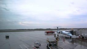 Оттава, ДАЛЬШЕ, Канада - 15-ое октября 2017: Air Canada строгает сидеть на стробе на международном аэропорте Оттавы YOW на дождли видеоматериал