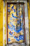 ОТТЕНОК, ВЬЕТНАМ, 28-ое апреля 2018: Часть старой стены с старым декоративным элементом Вьетнам стоковые фото