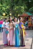 Оттенок, Вьетнам 15-ое марта:: Въетнамские девушки в национальном платье на Стоковое Изображение