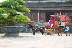 Оттенок, Вьетнам 15-ое марта:: экипаж лошади на Стоковые Фото