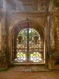 Оттенок, Вьетнам - 13-ое сентября 2017: Закройте вверх красивой металлической двери с шикарным дизайном внутри леса Стоковое фото RF
