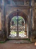 Оттенок, Вьетнам - 13-ое сентября 2017: Закройте вверх красивой металлической двери с шикарным дизайном внутри леса Стоковые Фотографии RF