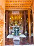 Оттенок, Вьетнам - 13-ое сентября 2017: Красивые золотые статуи внутри красивого виска с шикарными деталями ornates внутри стоковое изображение