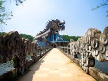 Оттенок, Вьетнам - 13-ое сентября 2017: Огромный дракон в здании аквариума в покинутом аквапарк в оттенке, Вьетнаме Дракон Стоковое Фото