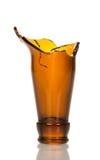 Оттолкнутая бутылка пива шеи стеклянная изолированная на белой предпосылке Стоковое Фото