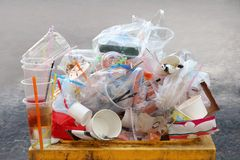 Отход отброса, сброса, пластмассы, куча бутылки отхода пластмассы отброса и поднос пены сумки много на желтом цвете ящика, загряз стоковое фото