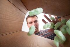 Отход человека бросая в коробке Стоковое Изображение RF