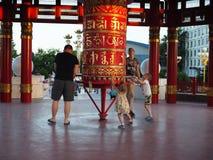 Отцы с детьми различных национальностей идут вокруг колес барабанчика красной молитве буддийских Россия, Elista - июнь стоковая фотография rf